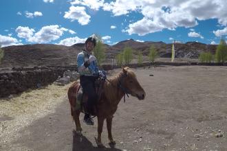 riding horse in daocheng