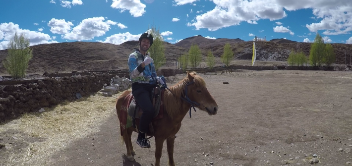 riding horse in daocheng